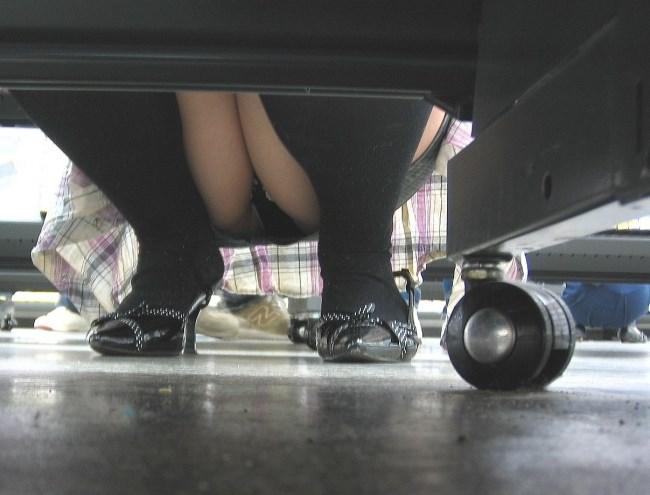 陳列棚の向こう側がスカート女性が油断するパンチラスポットと聞いてwww0008shikogin