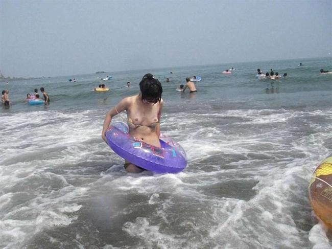 意図せずに乳首を晒しちゃってる素人女性のポロリハプニングを激写wwww0005shikogin