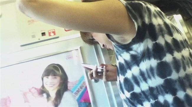汗ばんだ女性の脇が間近で拝める電車内wwww0009shikogin