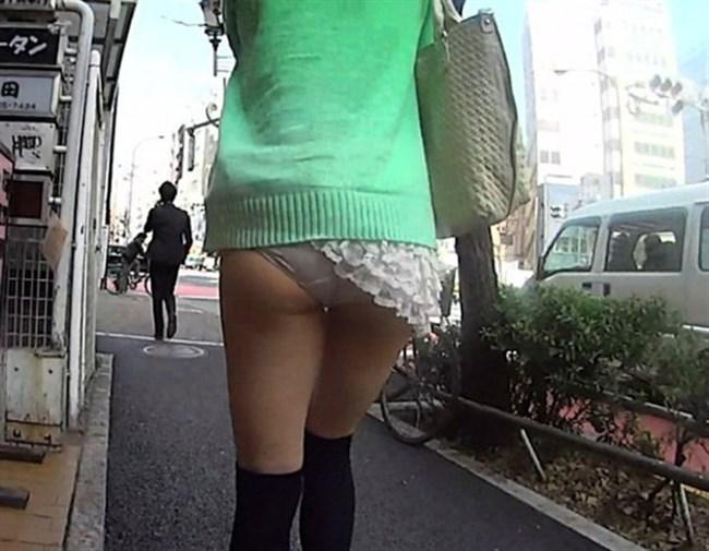 バックでスカートの裾がめくれてパンツ丸出しの女子wwwwww0020shikogin