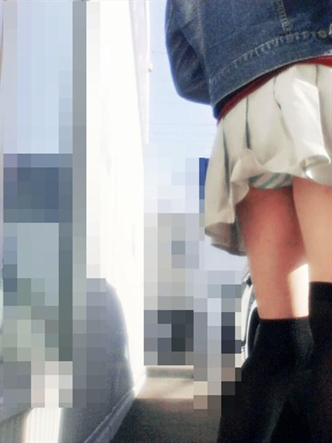 バックでスカートの裾がめくれてパンツ丸出しの女子wwwwww0002shikogin