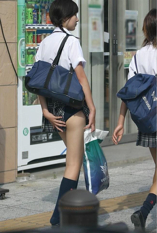 バックでスカートの裾がめくれてパンツ丸出しの女子wwwwww0005shikogin