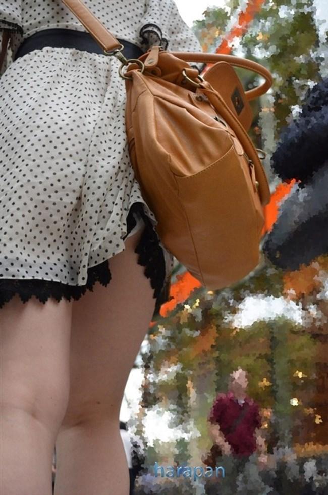 バックでスカートの裾がめくれてパンツ丸出しの女子wwwwww0012shikogin