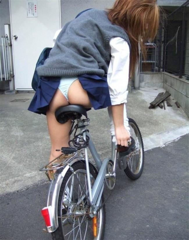 バックでスカートの裾がめくれてパンツ丸出しの女子wwwwww0013shikogin