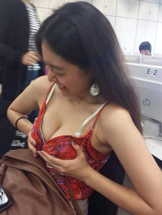横乳や下乳がはみ出しまくりの巨乳娘がガチシコwwww0023shikogin