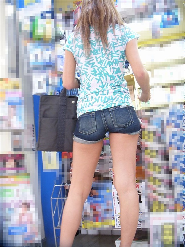 生足晒したショートパンツお姉さんの下半身がえちえちwwww0014shikogin