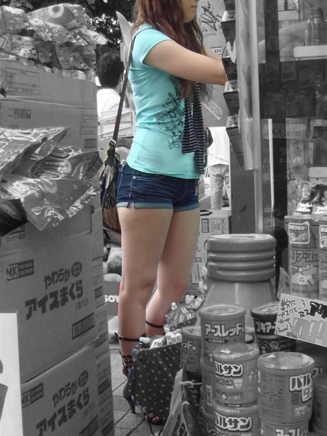 生足晒したショートパンツお姉さんの下半身がえちえちwwww0018shikogin
