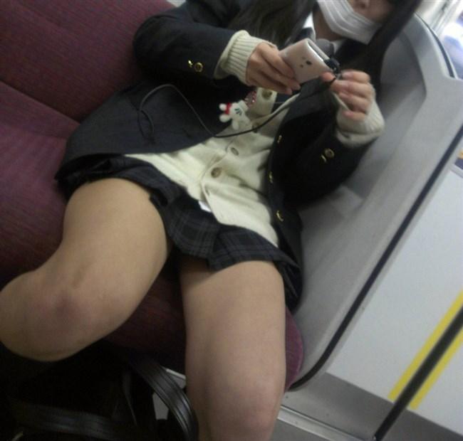 電車内でケシカラン生足が視線を集めるJK制服女子wwww0018shikogin