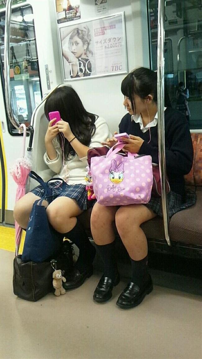 電車内でケシカラン生足が視線を集めるJK制服女子wwww0002shikogin