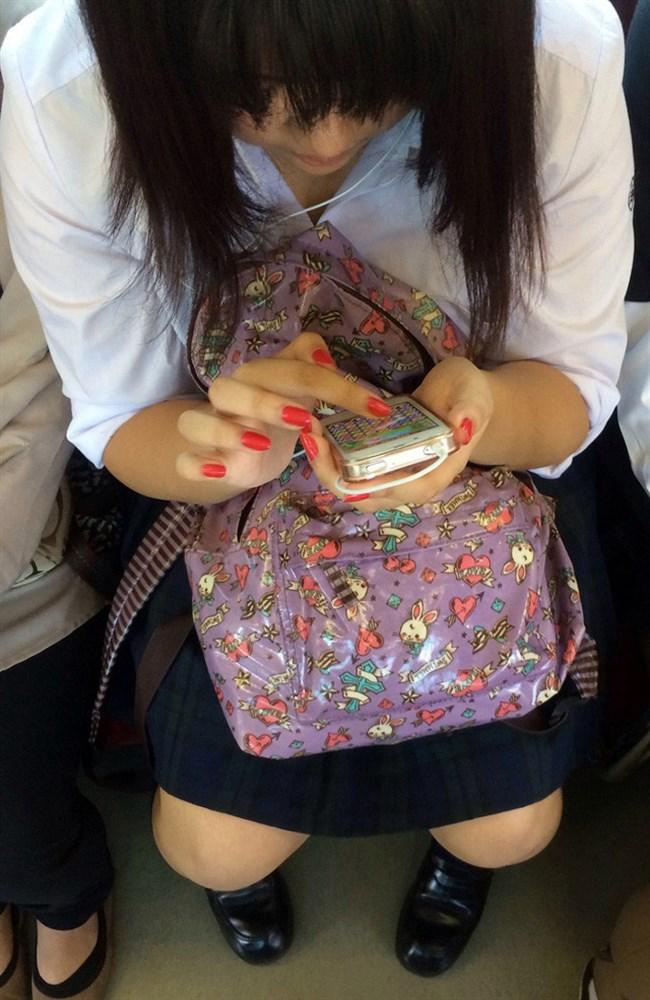 電車内でケシカラン生足が視線を集めるJK制服女子wwww0003shikogin