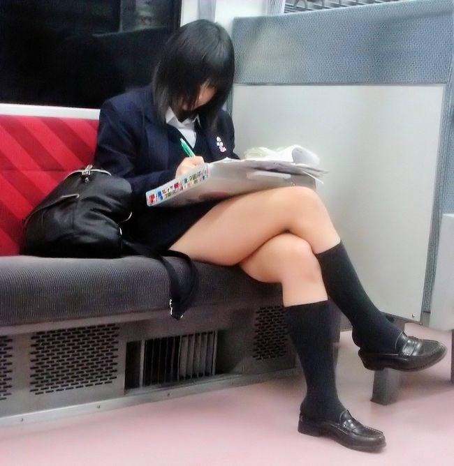 電車内でケシカラン生足が視線を集めるJK制服女子wwww0005shikogin