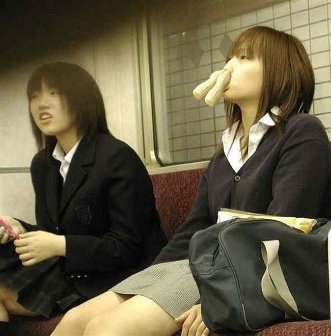電車内でケシカラン生足が視線を集めるJK制服女子wwww0006shikogin