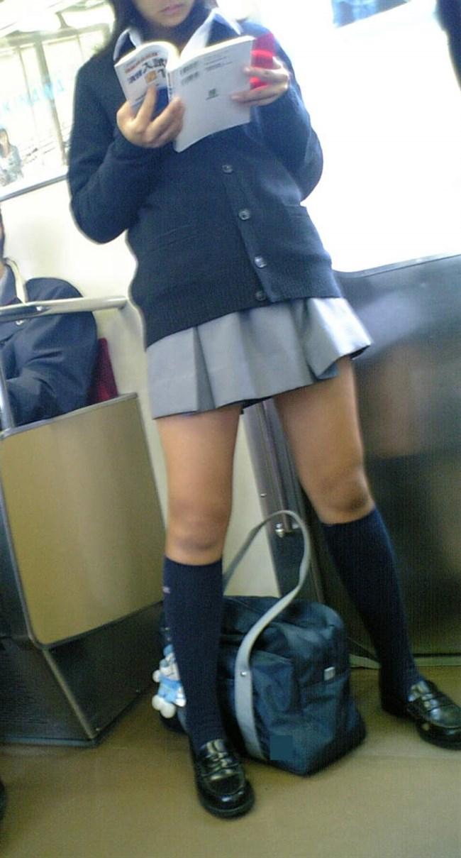 電車内でケシカラン生足が視線を集めるJK制服女子wwww0010shikogin