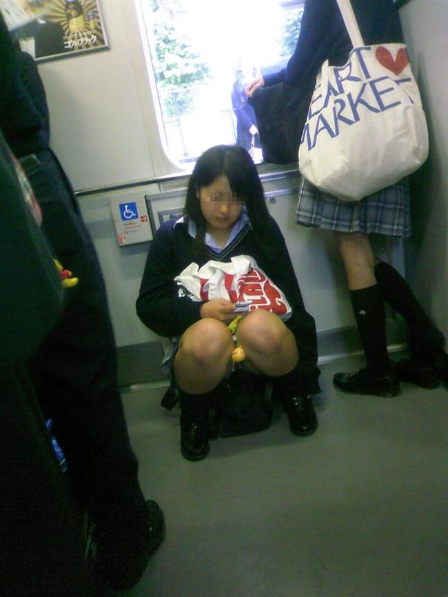 電車内でケシカラン生足が視線を集めるJK制服女子wwww0012shikogin