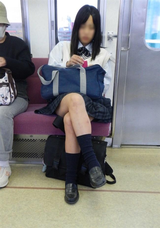 電車内でケシカラン生足が視線を集めるJK制服女子wwww0015shikogin