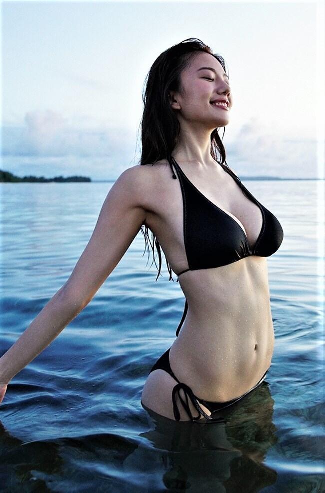 伊藤紗冶子~ヤンジャングラビアの水着姿は全身がエロ過ぎて完璧だわ!0003shikogin