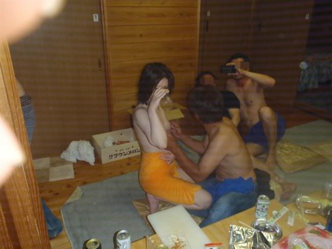 ピンクコンパニオンに酔っ払いじじいが群がるえちえちな宴wwww0001shikogin