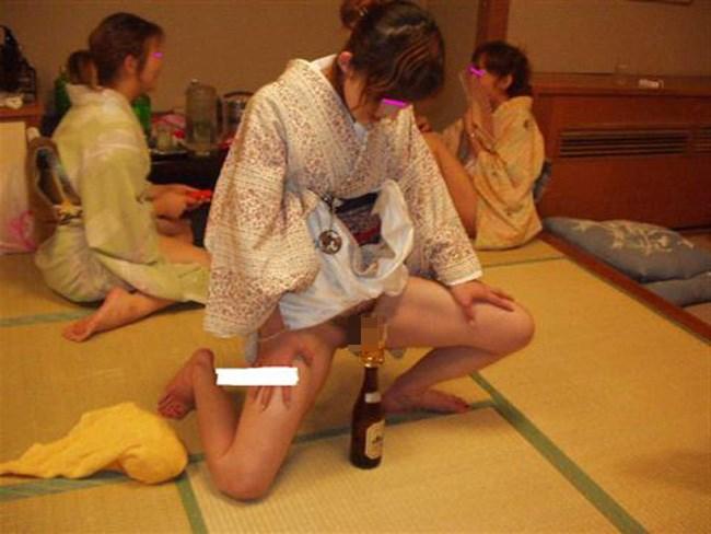 ピンクコンパニオンに酔っ払いじじいが群がるえちえちな宴wwww0003shikogin