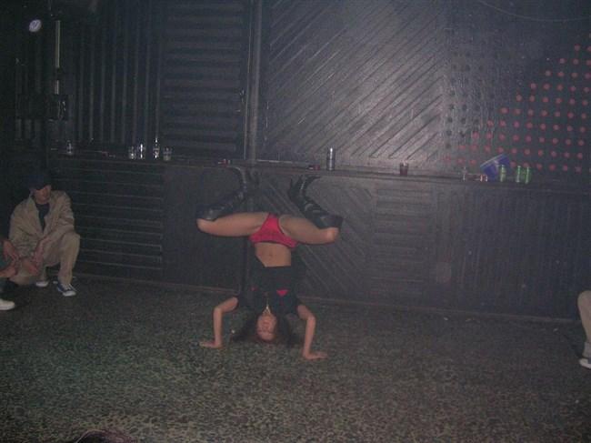 全裸で倒立!女性器丸出しの女性がこちらwwwwww0011shikogin