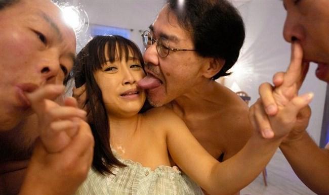 美少女が全裸の中年ハゲおやじに群がられてるカオスな光景wwww0003shikogin