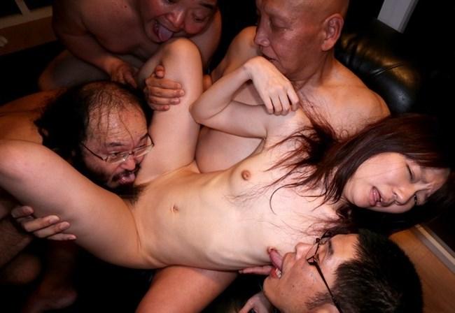 美少女が全裸の中年ハゲおやじに群がられてるカオスな光景wwww0017shikogin