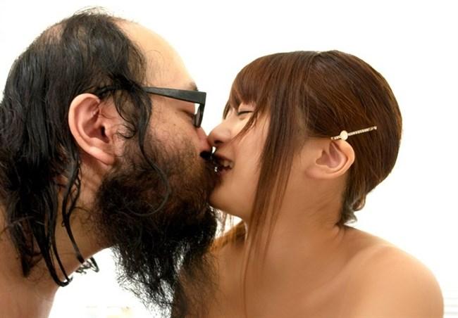 美少女が全裸の中年ハゲおやじに群がられてるカオスな光景wwww0030shikogin