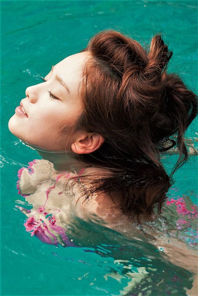 筧美和子~プールで水着を脱いで素っ裸の完全ヌード!ワレメ丸見えだ!0003shikogin