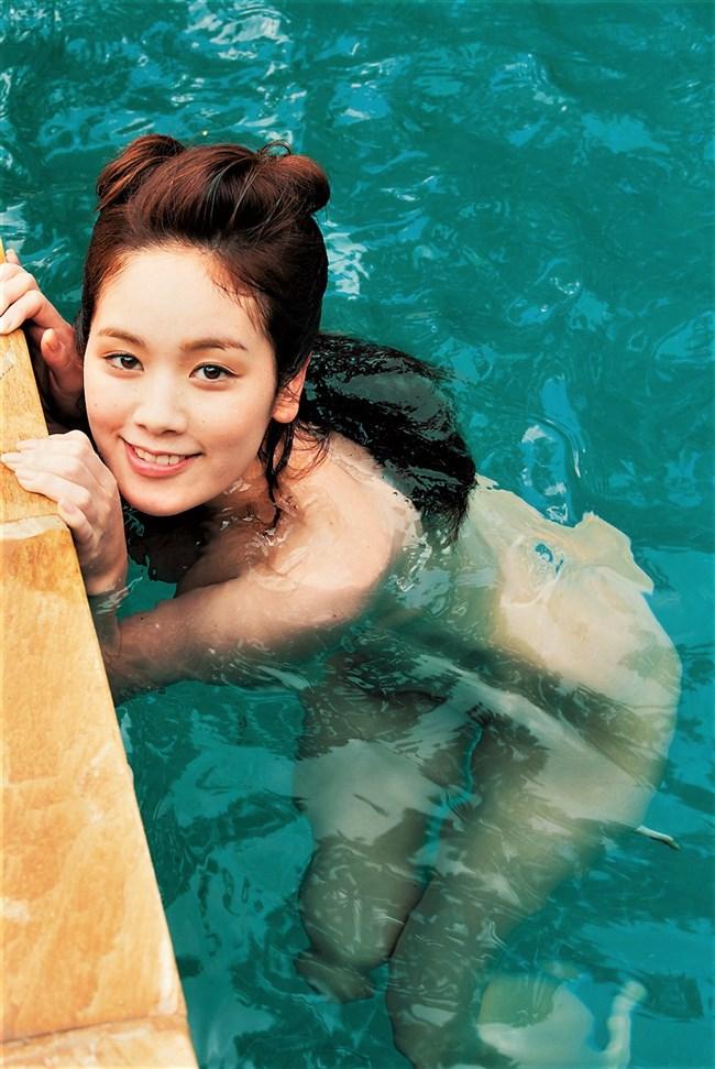 筧美和子~プールで水着を脱いで素っ裸の完全ヌード!ワレメ丸見えだ!0007shikogin