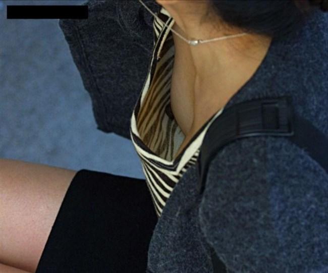 貧乳女子がかがんだ際の乳首ポロリ率は異常wwww0015shikogin