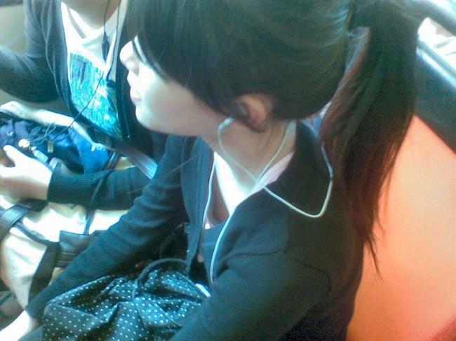 貧乳女子がかがんだ際の乳首ポロリ率は異常wwww0001shikogin
