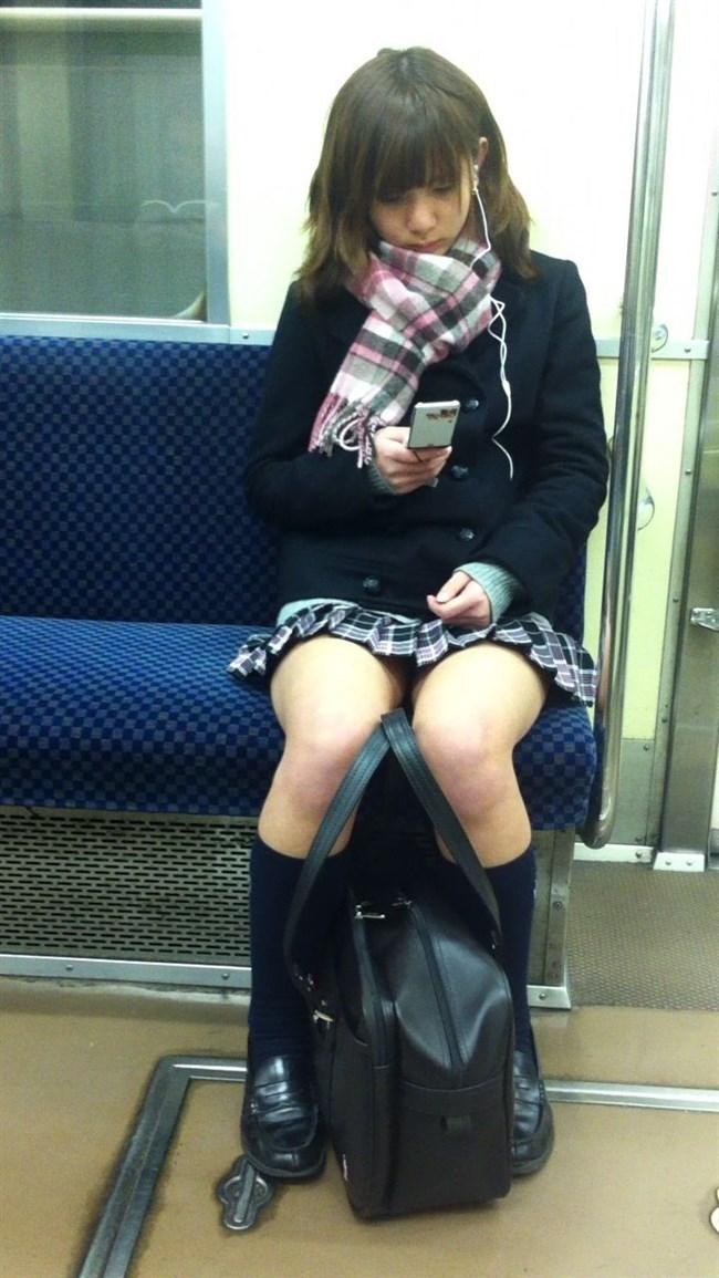 電車内でスマホに夢中になり過ぎて下半身ゆるゆるなJKwwww0015shikogin