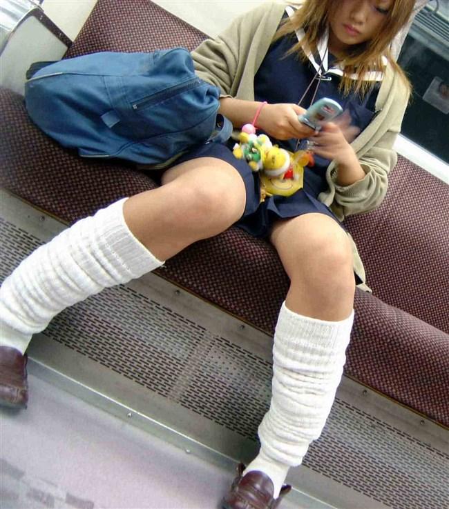 電車内でスマホに夢中になり過ぎて下半身ゆるゆるなJKwwww0001shikogin