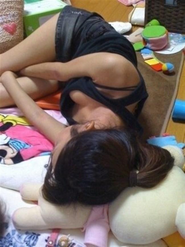 JKが未発達な乳首までチラリしてしまった瞬間www0017shikogin