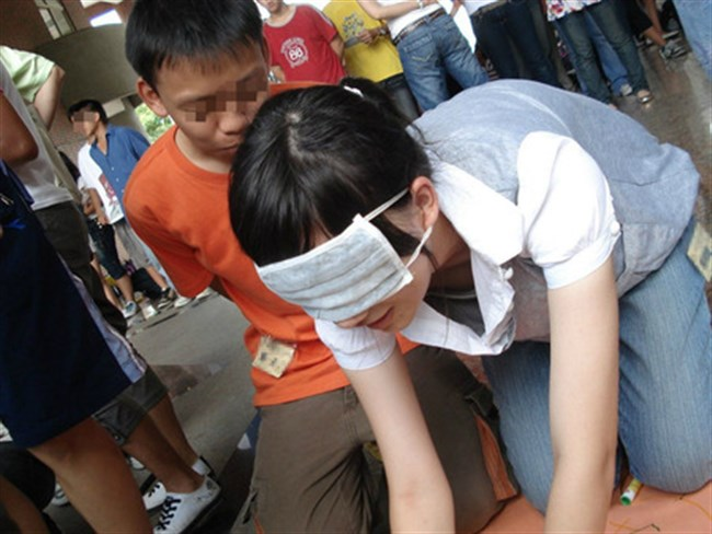 JKが未発達な乳首までチラリしてしまった瞬間www0021shikogin