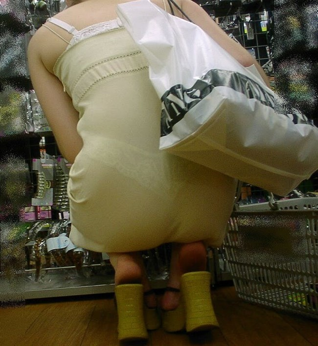 パンツが確実に透ける白系のスカートやパンツを履いてるまんさんwwww0012shikogin