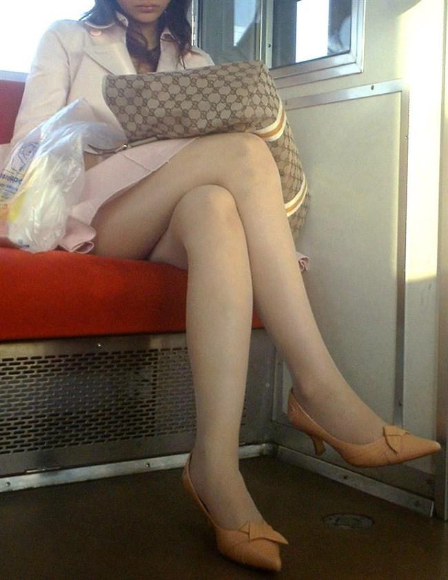 ミニスカなのに電車内で足組んでるまんさん、目のやり場に困るwww0011shikogin