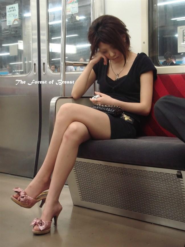 ミニスカなのに電車内で足組んでるまんさん、目のやり場に困るwww0012shikogin