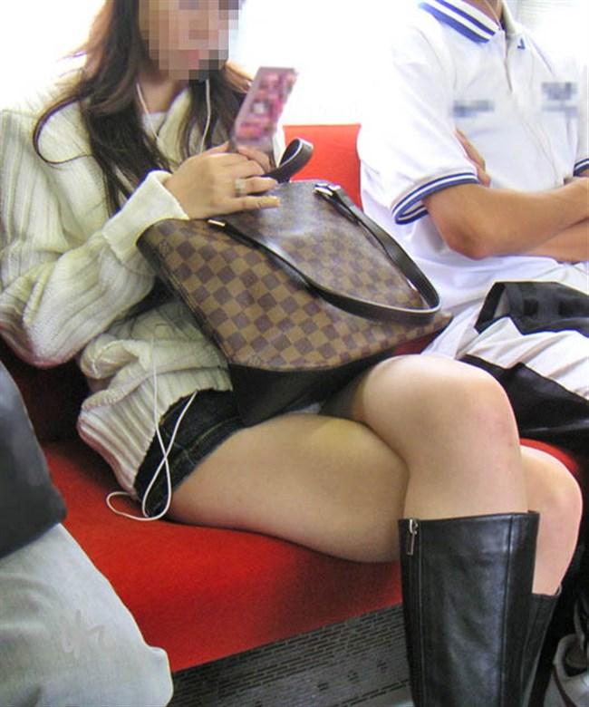 ミニスカなのに電車内で足組んでるまんさん、目のやり場に困るwww0014shikogin