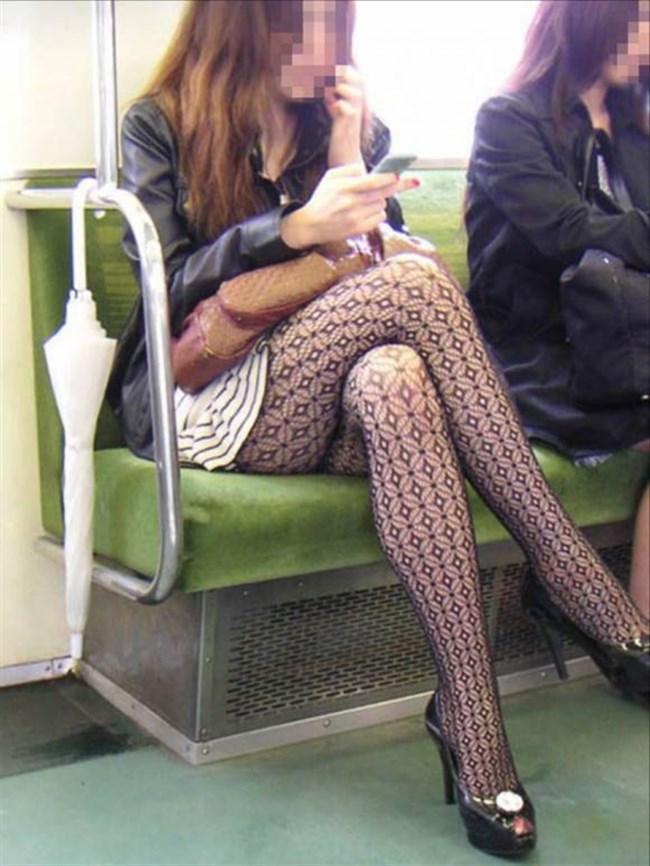 ミニスカなのに電車内で足組んでるまんさん、目のやり場に困るwww0001shikogin