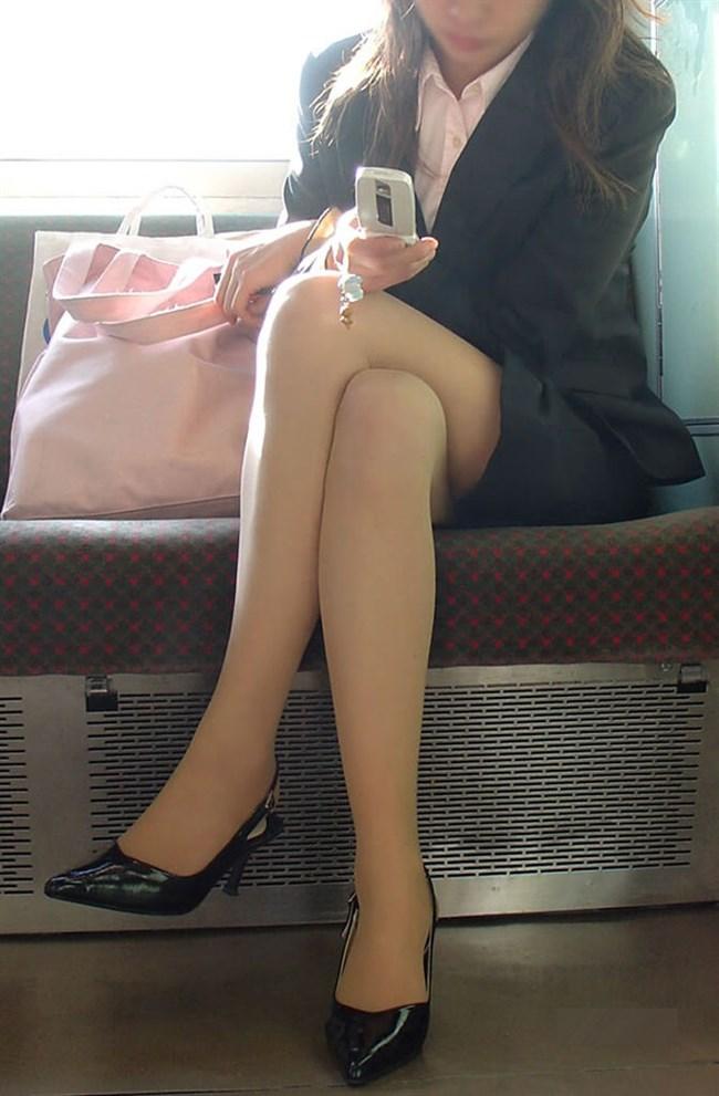 ミニスカなのに電車内で足組んでるまんさん、目のやり場に困るwww0002shikogin
