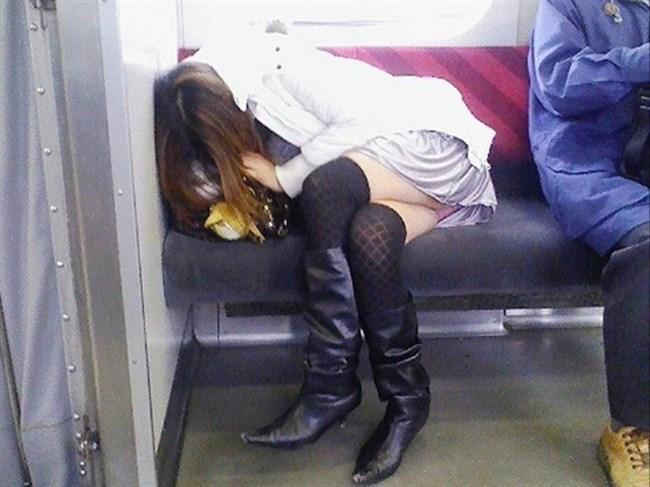 ミニスカなのに電車内で足組んでるまんさん、目のやり場に困るwww0005shikogin