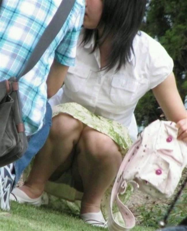 公園の芝生に寝そべってる女子、下半身の具が見えそうwww0022shikogin