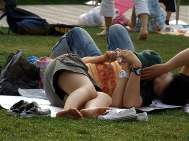 公園の芝生に寝そべってる女子、下半身の具が見えそうwww0009shikogin