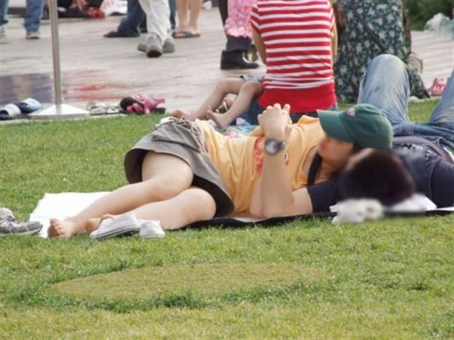 公園の芝生に寝そべってる女子、下半身の具が見えそうwww0010shikogin