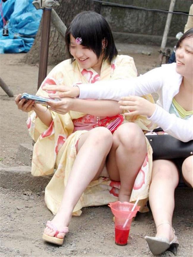 公園の芝生に寝そべってる女子、下半身の具が見えそうwww0011shikogin