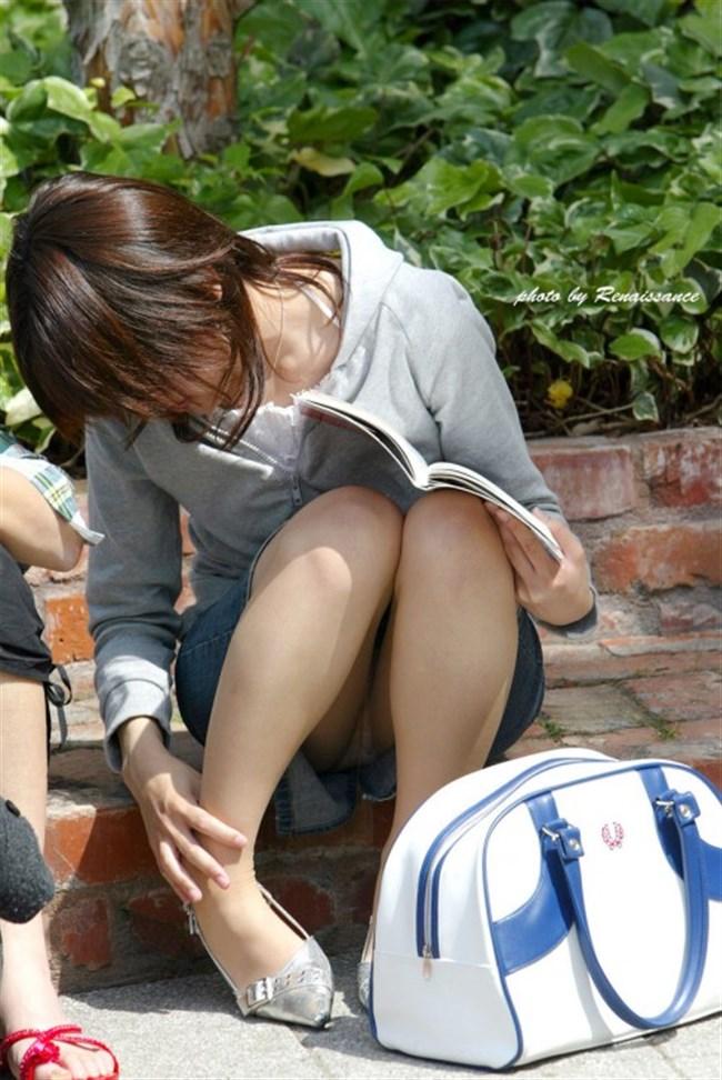公園の芝生に寝そべってる女子、下半身の具が見えそうwww0013shikogin