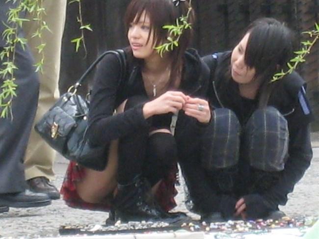 公園の芝生に寝そべってる女子、下半身の具が見えそうwww0020shikogin