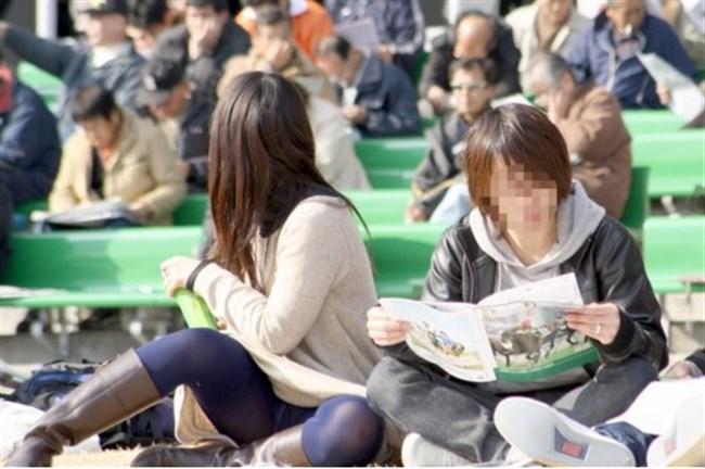 公園の芝生に寝そべってる女子、下半身の具が見えそうwww0027shikogin