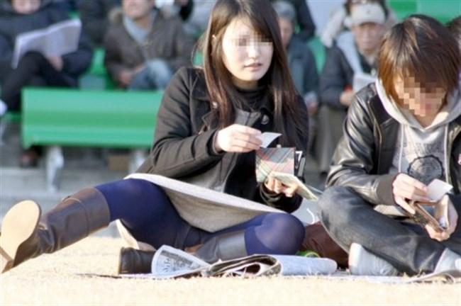公園の芝生に寝そべってる女子、下半身の具が見えそうwww0028shikogin
