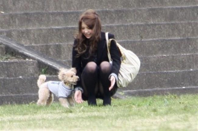 公園の芝生に寝そべってる女子、下半身の具が見えそうwww0030shikogin